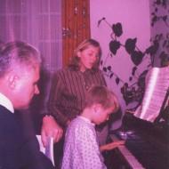 Leçon de piano avec la soeur et le père